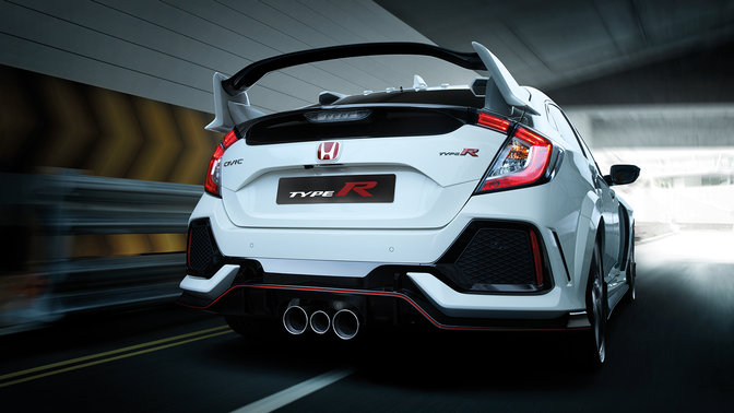 Dreiviertelhinteransicht Honda Civic Type R in einem Tunnel.