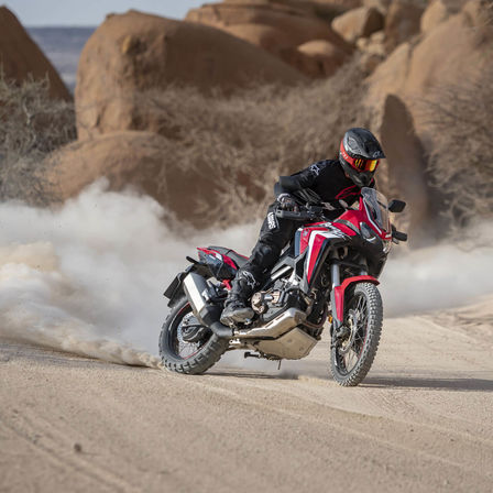 Honda Africa Twin rouge, dérapage